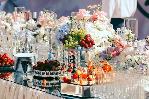 Mesa totalmente asegurada por platos y frutas.