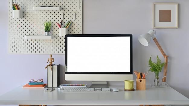 Mesa de trabajo, computadora portátil moderna maqueta de espacio de trabajo con pantalla vacía y suministros de oficina.