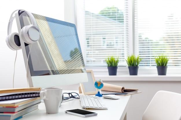 Mesa de trabajo con computadora
