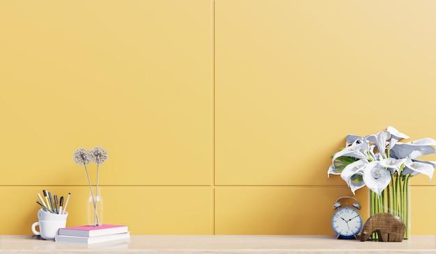 Mesa de trabajo con decoración en la parte posterior del escritorio fondo amarillo de la pared, representación 3d