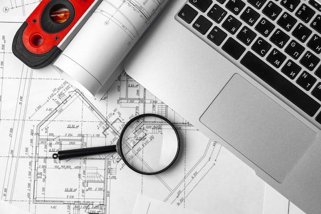 Mesa de trabajo de diseñador de interiores con plano y portátil