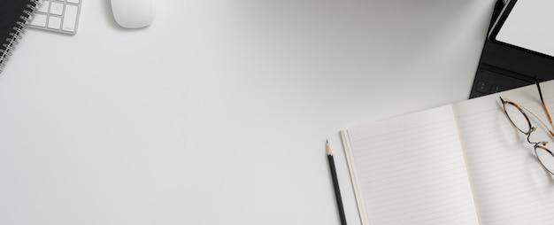 Mesa de trabajo de moda con cuaderno abierto en blanco, dispositivos digitales, gafas y espacio de copia en escritorio blanco