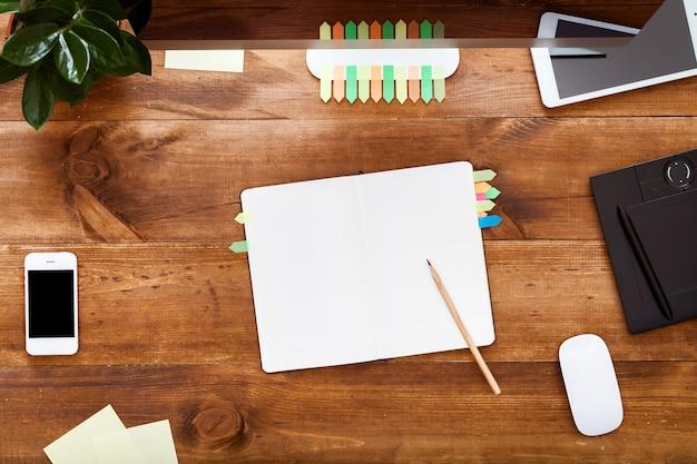 Mesa de trabajo moderna con notebook y computadora en escritorio de madera marrón