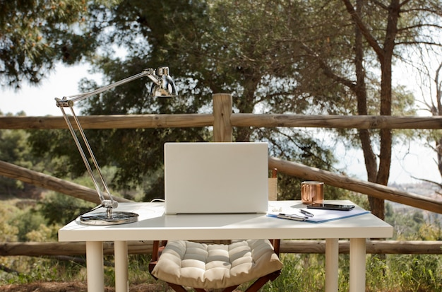 Mesa de trabajo nómada digital en el campo