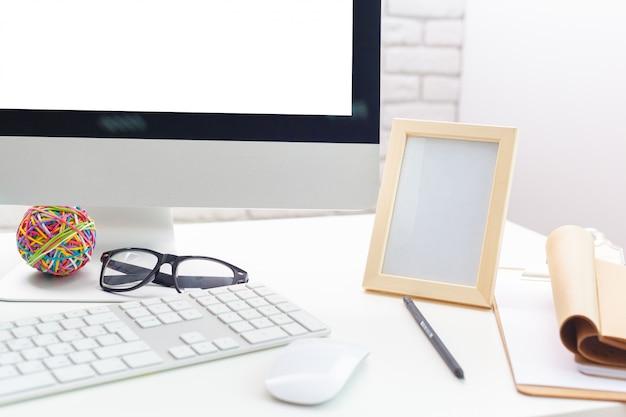 Mesa de trabajo con ordenador.