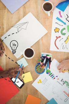 Mesa de trabajo con papeles y lápices de colores