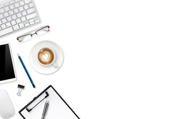 Mesa de trabajo de tecnología con computadora portátil, suministros de oficina, taza de café y teléfono celular aislado y blanco