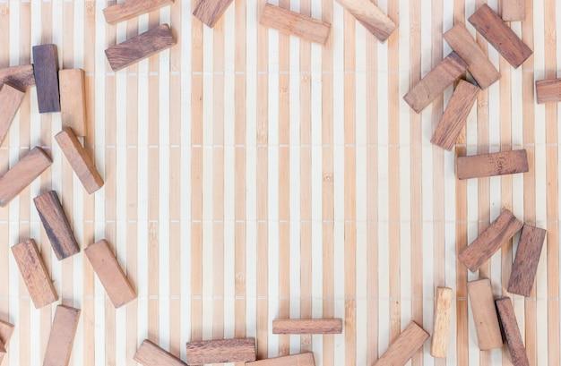 Mesa vacía con bloques de madera para agregar texto o diseño en el medio, concepto de fondo abstracto