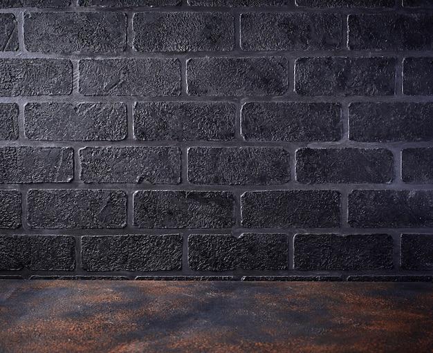 Mesa vacía y fondo de pared de ladrillo