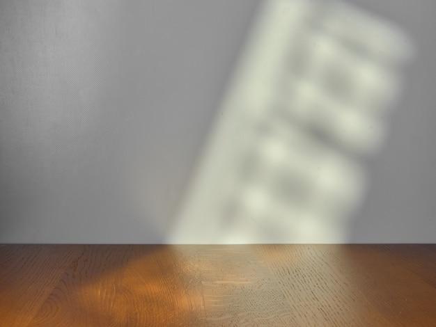 Mesa vacía para presentación de producto con luz de ventana.