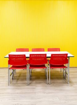 Mesa vacía y silla roja en la habitación