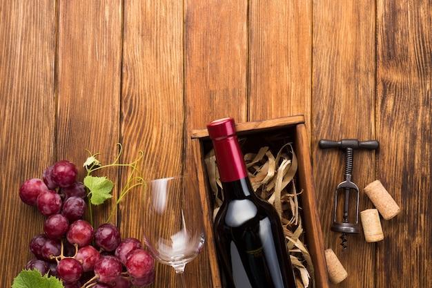 Mesa vintage de madera con vino tinto.