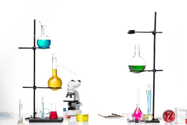 Mesa de vista frontal con soluciones y microscopio
