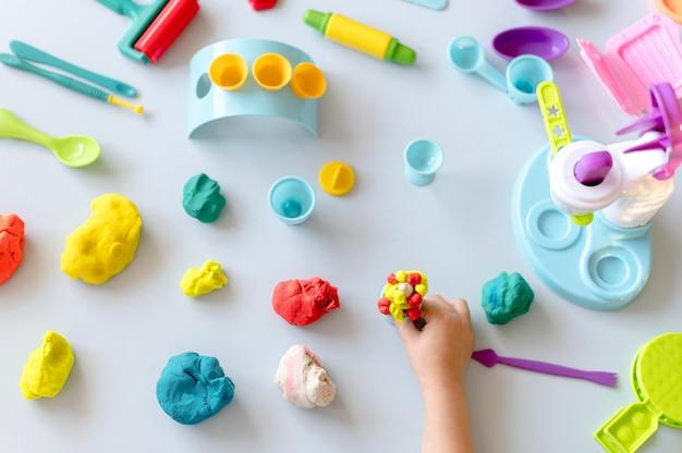 Mesa de vista superior con juguetes