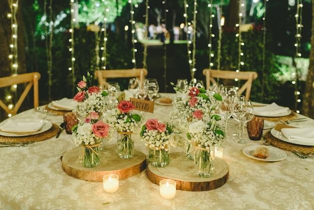 Mesas al aire libre para una boda elegantemente decorada.