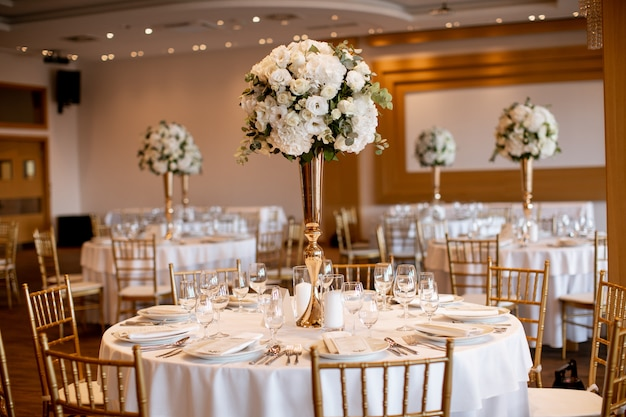 Mesas de banquete de boda con decoración de flores.