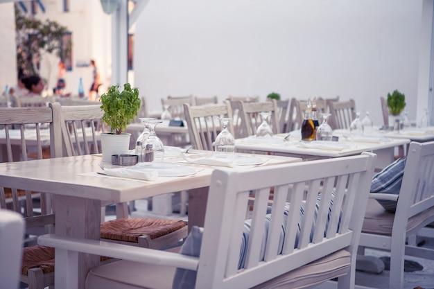 Mesas blancas con sillas en verano vacio al aire libre cafe