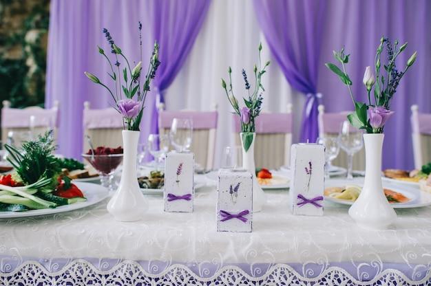 Mesas de boda para cenas elegantes u otro evento con servicio de catering.