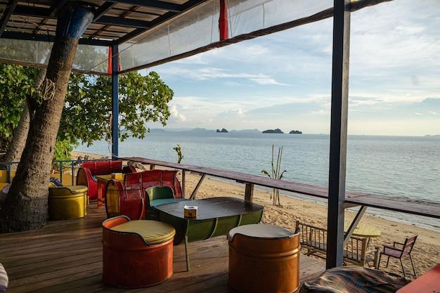 Mesas en un café en la orilla del mar cálido