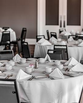 Mesas ordenadas en un restaurante agradable, vacío y limpio.