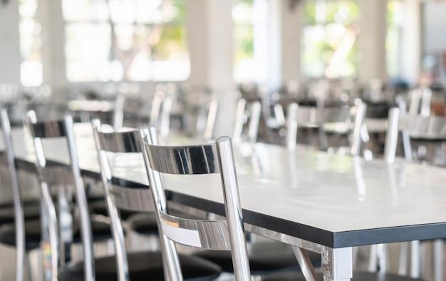 Mesas y sillas de acero inoxidable en el comedor de estudiantes de secundaria