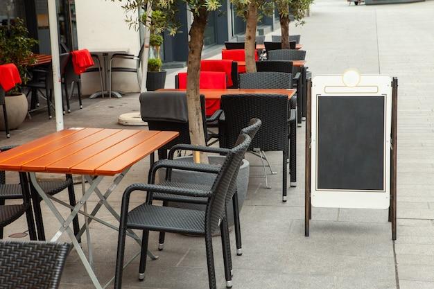 Mesas vacías de un café de la calle