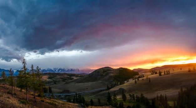 Meseta altai ukok hermosa puesta de sol con montañas