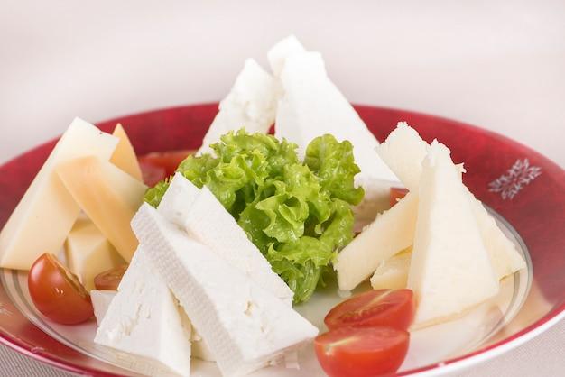 Meseta de queso simple, con tomate y ensalada.
