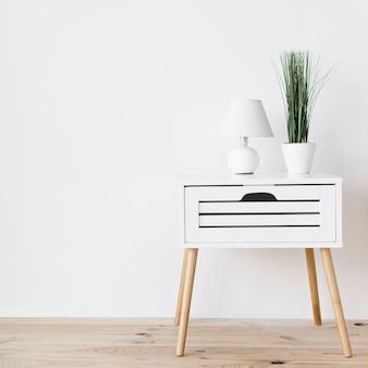 Mesita de noche minimalista moderna con decoración.