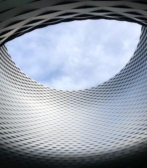 Messeplatz bajo un cielo nublado en basilea en suiza