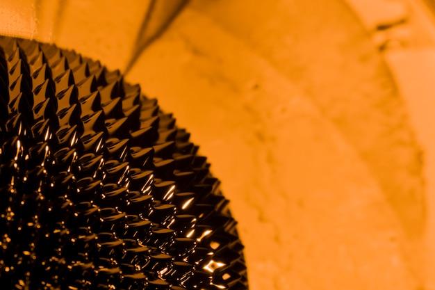 Metal líquido ferromagnético naranja con espacio de copia