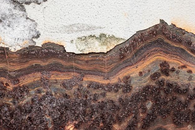 Metal oxidado con pintura descascarada
