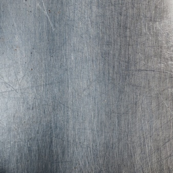 Metálico con rayones y manchas