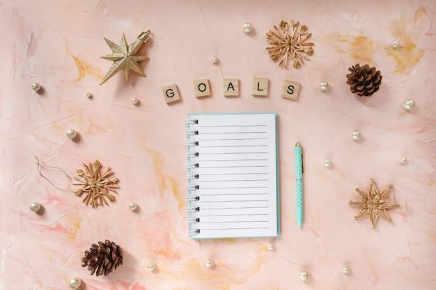 Metas palabra y un bloc de notas y bolígrafo en el escritorio
