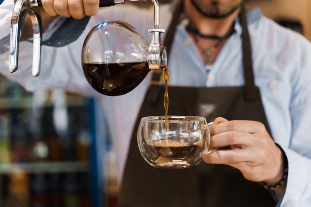 Método alternativo de sifón de primer plano para hacer café