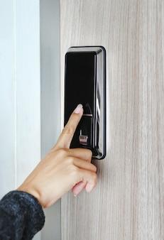 Método de identificación de huellas dactilares en una cerradura de puerta