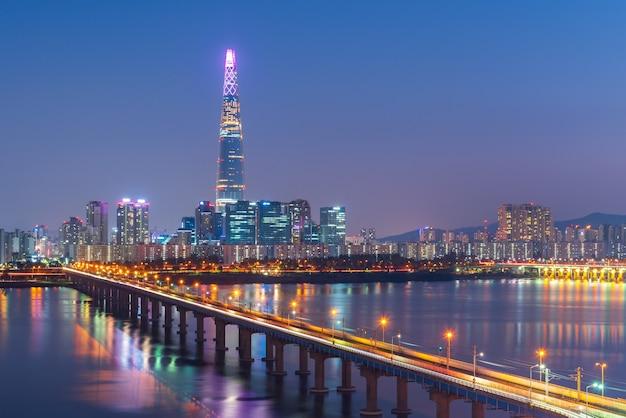 Metro de seúl y lotte tower en la noche, corea del sur
