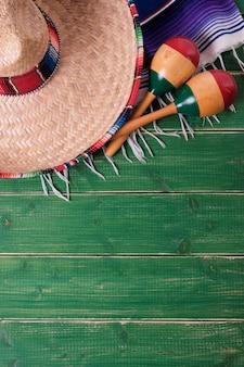 México cinco de mayo fondo madera sombrero serape manta mar