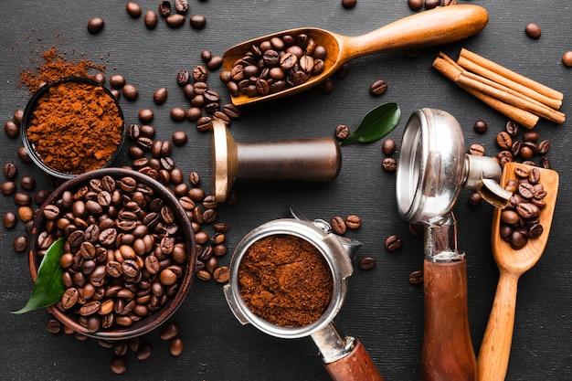 Mezcla de accesorios de café sobre la mesa.