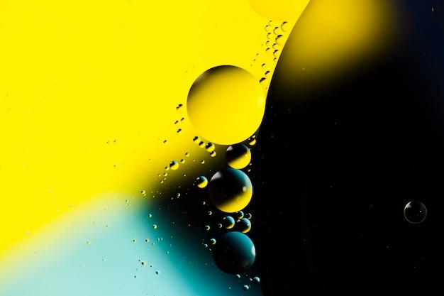 Mezcla de agua y aceite sobre un fondo abstracto líquido coloreado