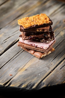 Mezcla de chocolate suizo dulce sobre la mesa de madera, el enfoque selectivo