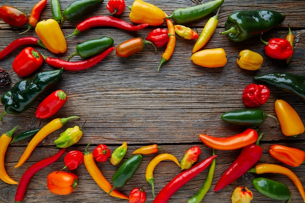 Mezcla colorida de chiles picantes mexicanos