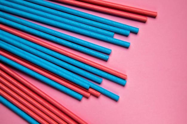Mezcla de colorida colección de paja en la mesa