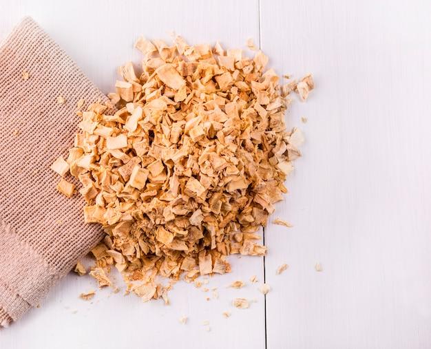 Mezcla de condimentos raíces vertidas en la arpillera