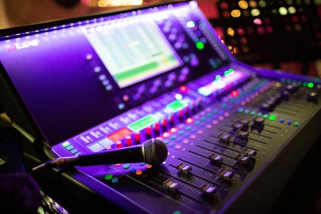 Mezcla de consola y micrófono, ecualización manual de canales de sonido de audio en un club nocturno