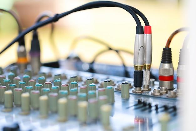 Mezcla los controles de audio.
