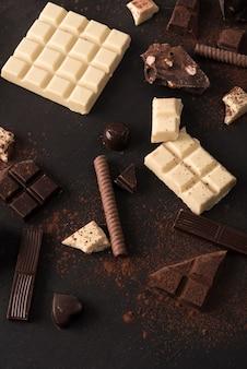 Mezcla de diferentes tipos de barras de chocolate.