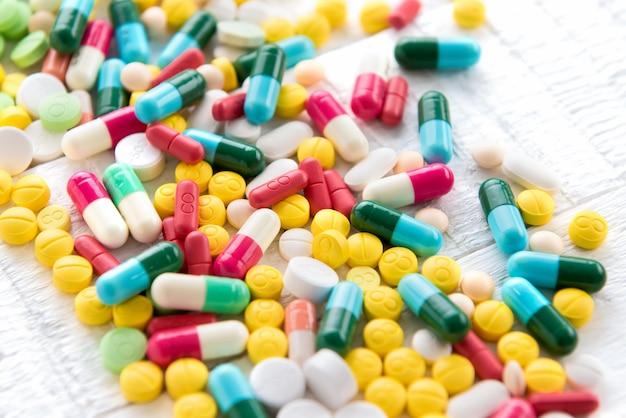 Mezcla de drogas y medicamentos farmacéuticos coloridos en forma de píldora y cápsula