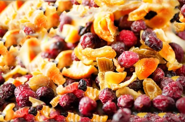 Mezcla dulce de frutos secos sobre piedra. arándano, ruibarbo, manzana, mango, cereza, melocotón, albaricoque. alta dosis de vitamina c. colorida.