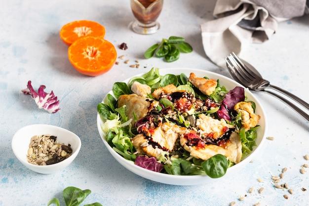 Mezcla de ensalada con pavo a la parrilla o pollo, semillas y aderezo de cítricos.